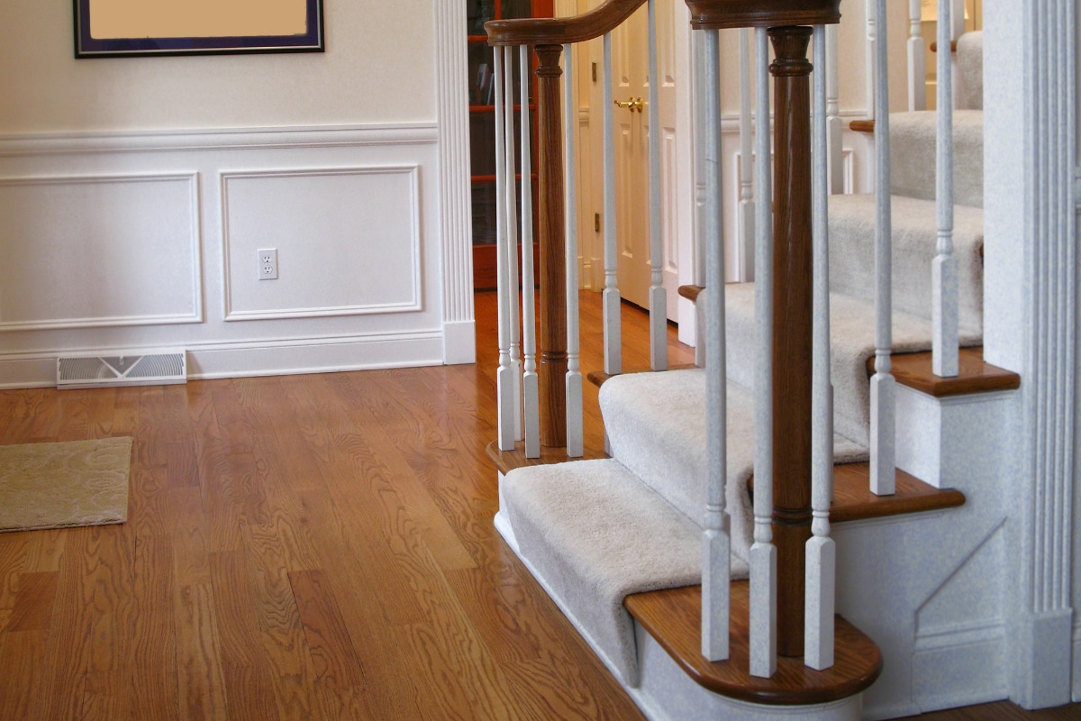 Stofferen trap met tapijt