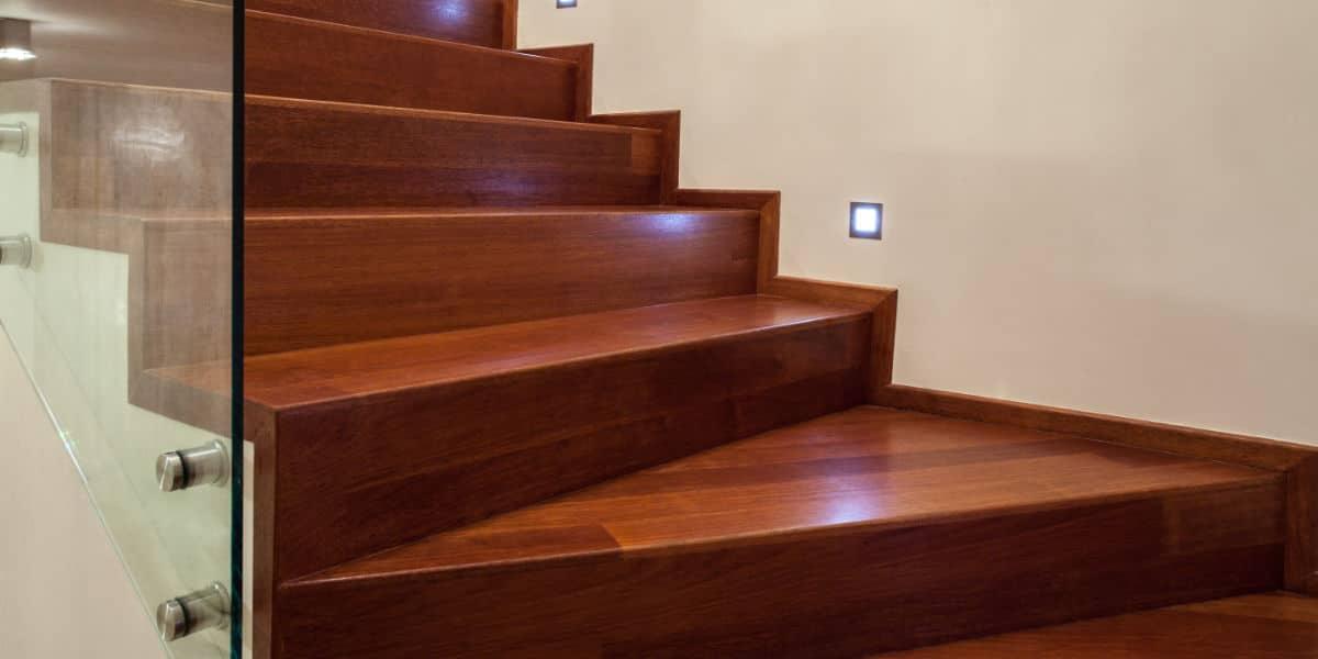 gesloten trap hout