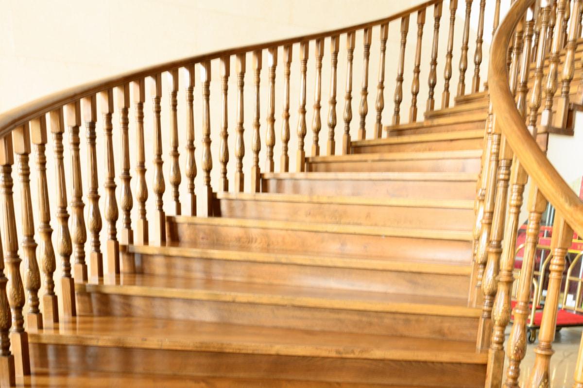 landelijke trappen met draai