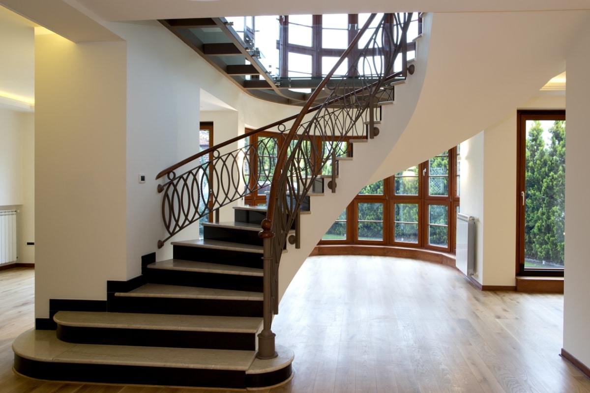 landelijke trappen met marmer
