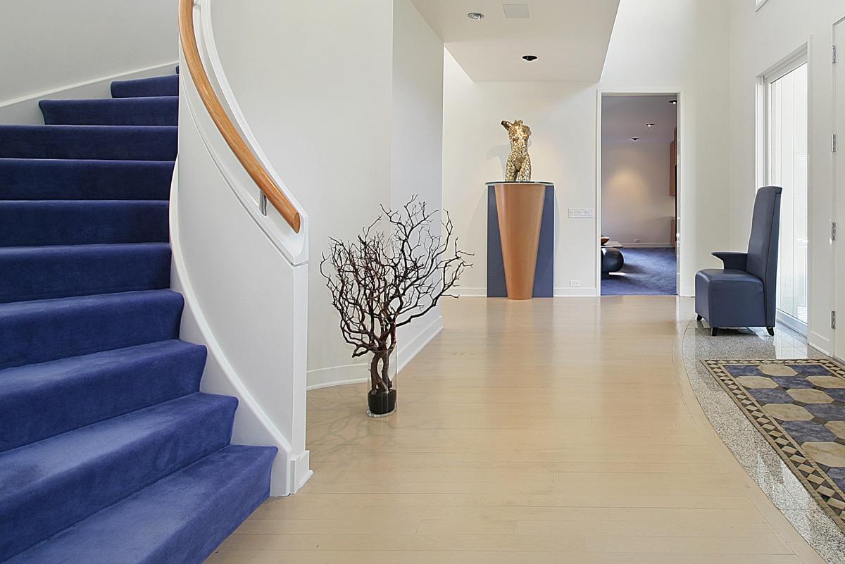 trap bekleden met blauw tapijt