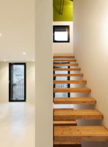 zwevende trap tussen muren
